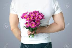 後ろで花束